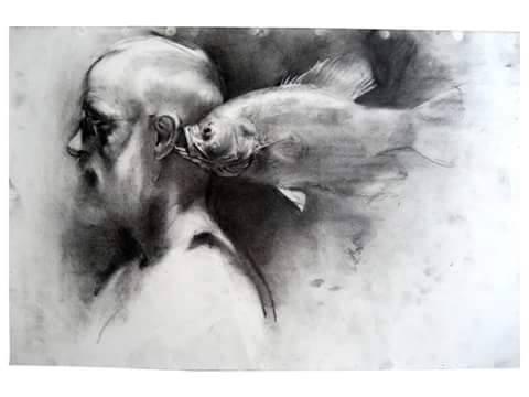 hombre y pez junto al oído